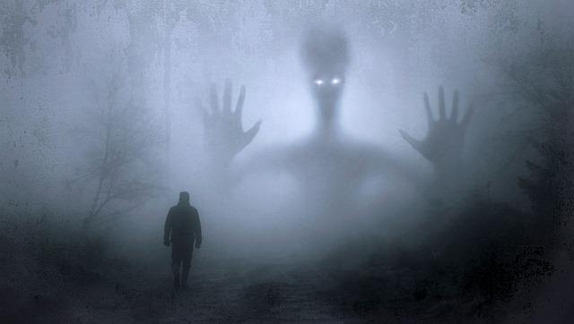 Una sombra perseguida por un gigante en la niebla con los ojos iluminados