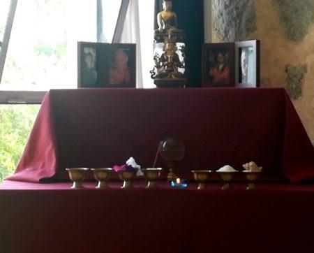 Altar de meditación preparado con los cuencos sagrados y la foto de los maestros encabezando el altar