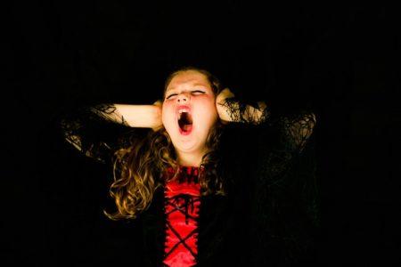 Chica gritando como si estuviera en el clímax