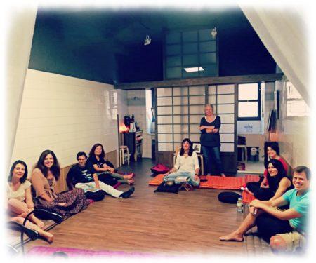 Regeneración del ego: alumnos del curso intensivo de escritura y meditación sentados alrededor de un Tatami