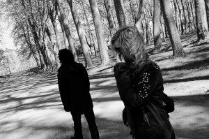 Una pareja que no se mira en un parque