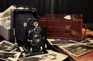 Una cámara de cine antigua sobre fotografías en blanco y negro