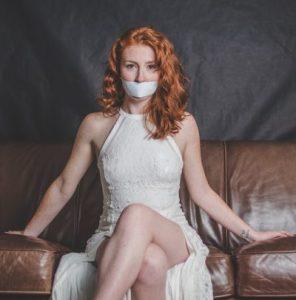 Una mujer con la boca tapada, sin diálogo