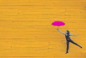 Mi cliente ideal. Mujer con paraguas lanzándose al vuelo.