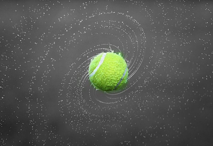 Pelota de tenis lanzada al aire
