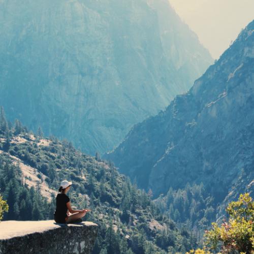 Meditación en la montaña, lo alto de la cima