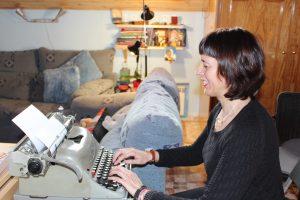 Isabel escribiendo en su máquina de escribir
