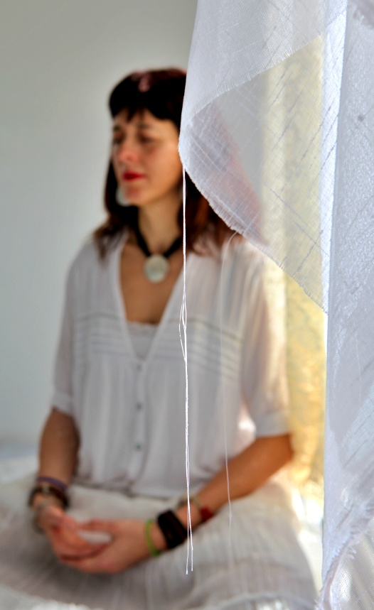 Sentarse a meditar, Isabel Cañelles sentada meditando de fondo