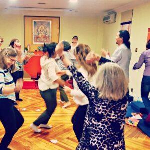 Taller de comunicación auténtica en plena acción, alumnos expresando sus emociones, bailando y aplaudiendo