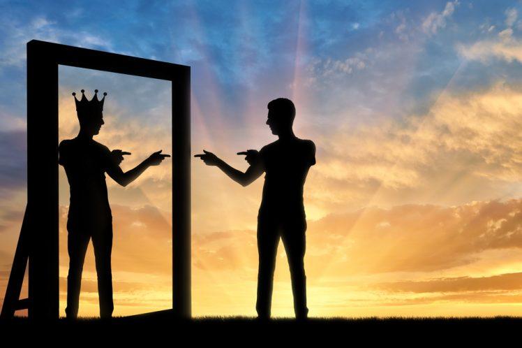 Superioridad o narcisismo: Reflejo de una silueta con una corona