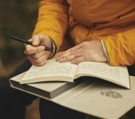 Una mano que está preparada para escribir , la escritura y la libertad