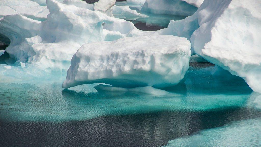 Un iceberg en medio del polo