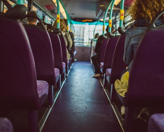 en el interior de un autobús me comunico con mis personajes internos