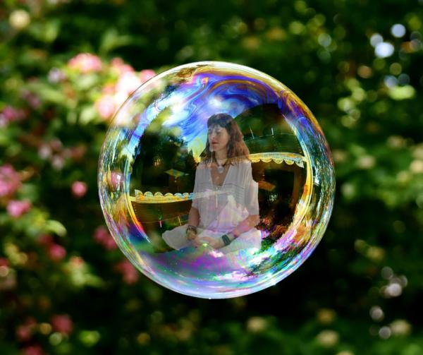 Isabel dentro de una burbuja, hoy no es un buen día