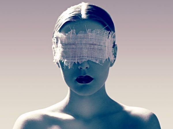 Mujer con los ojos vendados, pensar es estar enfermo de los ojos