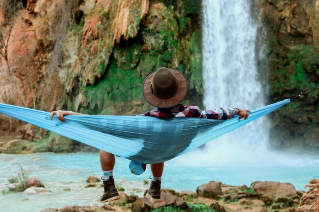 Un chico meciéndose en una hamaca