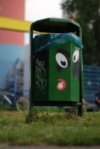 Cubo de la basura, cuando medito, a veces, me encuentro escondida en su interior