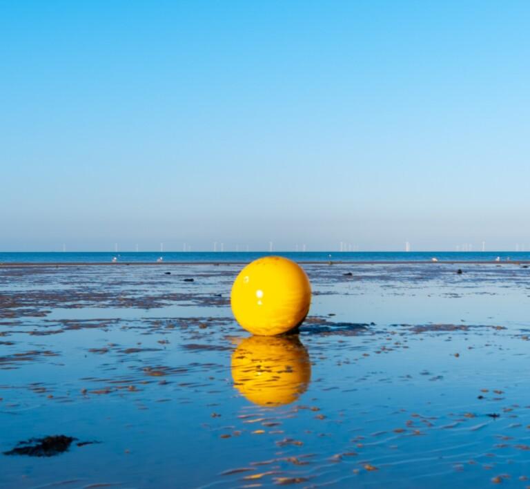 Una burbuja de plástico sobre el océano, reflejo del ostracismos