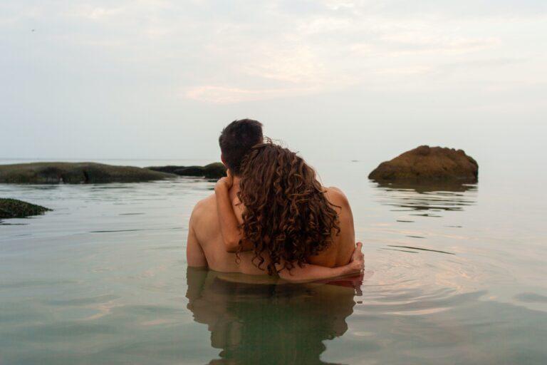 dos cuerpos desnudos ante el agua, el traje del hombre de mi vida